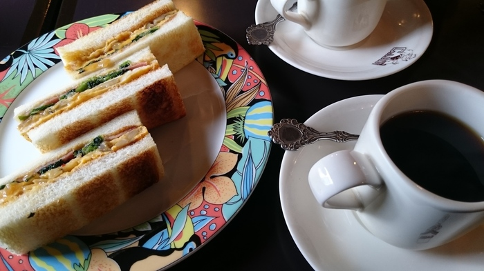 ほうれん草や玉子などをはさんだサンドイッチは、その名も「ポパイサンド」。程よく効いたスパイスがクセになる、キャビンの名物サンドです。