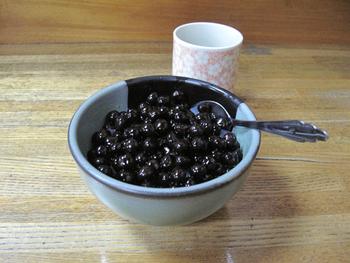 梅むらといえば豆かん、豆かんといえば梅むら!というほどの代名詞!つやつやと輝く豆が惜しげもなく盛られ、透き通った寒天と程よい甘さの黒蜜との相性は抜群です。これだけたっぷりなのに、どこまでも飽きがこないと評判です♪