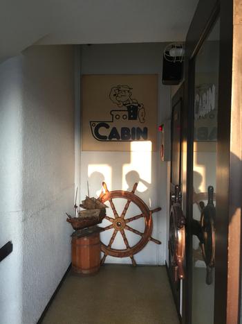入り口の前にも舵(操舵輪)がディスプレイされ、客船らしい演出が。その上のポパイの看板もかわいくて、お店に入るまでにたくさん写真を撮りたくなります。
