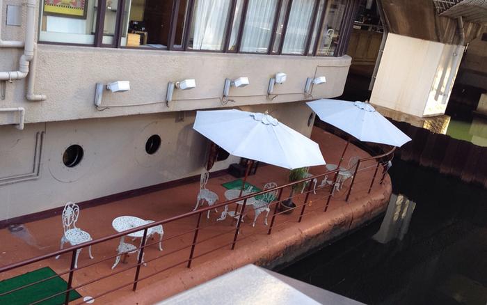 まるで本当の客船のように川に浮かんで見える、こだわりの店構え。店に入る前から胸が踊りますね。テラス席でもティータイムを楽しむことができます。