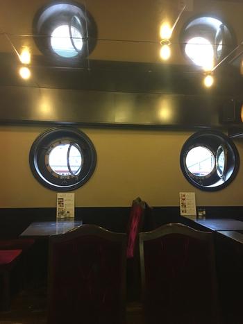 丸窓からは道頓堀川が見え、本当に船の中にいるかのよう。都会の真ん中で船旅気分を味わえる贅沢な空間です。