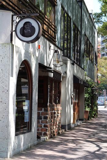 珈琲美美は、天神から国体道路(けやき通り)を西に歩いて20分ほど、緑に囲まれた護国神社と福岡城跡のそばにあります。バスで行く場合、最寄りのバス停は「赤坂三丁目」です。このダルマの丸い看板が目印。