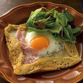 まん丸お月様のような目玉焼きがトッピングされたシンプルなそば粉のガレット。サラダを添えて、手軽な朝食メニューとしても◎。