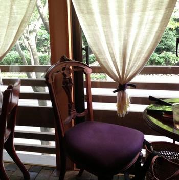 落ち着いたインテリア。椅子の紫と、大きな窓から差し込む光がいい感じです。