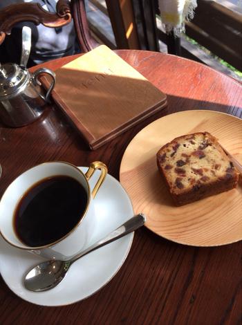 時期にもよるかもしれませんが、コーヒーはブレンドが5種類ほど、ストレートはモカを中心に9〜10種類ほど、デミタス(少なめの濃く抽出したコーヒー)や、カフェオレ、アイスコーヒーなどもあります。サイドメニューはフルーツケーキのみのシンプルさ。お酒の効いた大人の味が、コーヒーに合うんですよ。