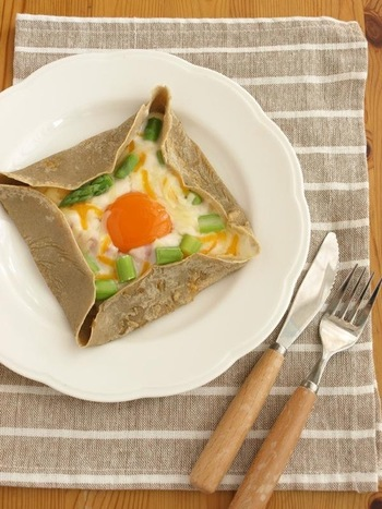 半熟卵&ホワイトソースでカルボナーラ風に♪アスパラを加えて、食感と彩りのアクセント!