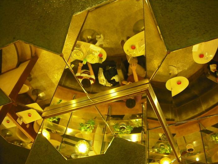 天井を見上げると、そこにも鏡が。変則的にカットされた鏡に映る店内も見逃せません。