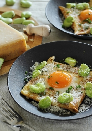 素朴なそば粉のガレットに、パルミジャーノと素揚げしたそら豆をトッピング!旬のお野菜を使えば、季節感のあるガレットを味わえますね。