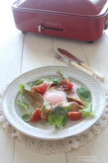生地にすりおろしのトマトを加えたガレットのレシピ。ほんのり赤みのある生地は白いお皿に映えますね!栄養も満点です◎。