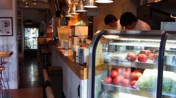 新鮮な野菜はショーケースで見ることが出来ます。アメリカンで開放的な店内は落ち着いた雰囲気。