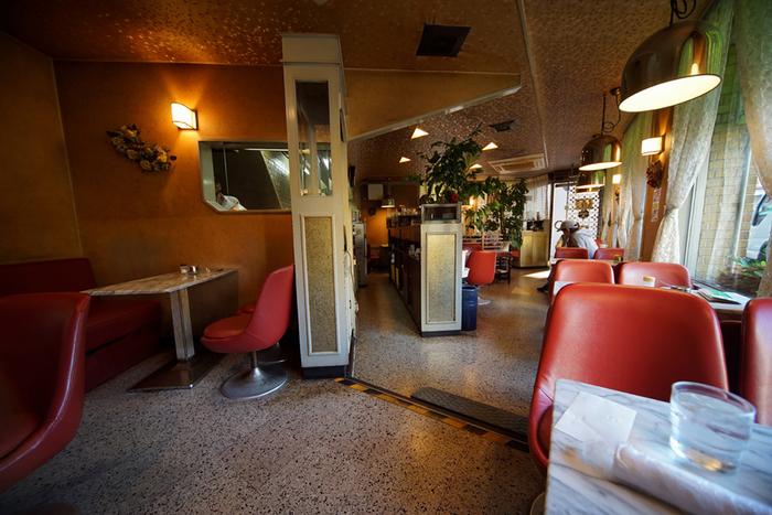 赤い椅子が印象的な店内は、優しい間接照明が心地いい空間。大理石調のテーブルにも昭和の面影を感じることができます。