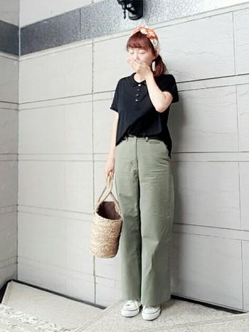 ポロシャツはタイトでもゆったりでもないシルエットなので、パンツスタイルをスッキリとスタイル良くきめるには、タックインスタイルがおすすめ。コーディネートにメリハリもでやすいです。
