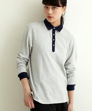 定番のポロシャツをベースに、着丈が長めにデザインされた一着。パンツにもスカートにも合わせやすく、着回し力も抜群。