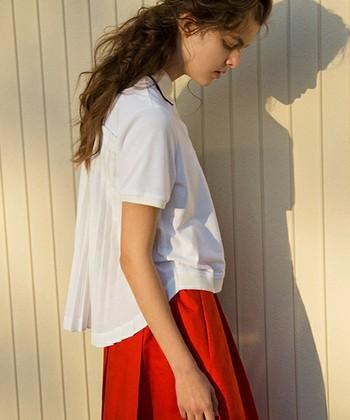 正面から見れば定番のポロシャツ。でも、バックにはプリーツがデザインされており、女性らしさは抜群!アクセントのあるシルエットがこれ一枚で完成です。