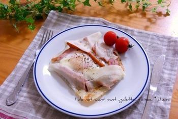 春巻きの皮を使えば、忙しい朝でもガレット風朝食が楽しめます。パリッサクッとした春巻きの食感がいいアクセント。