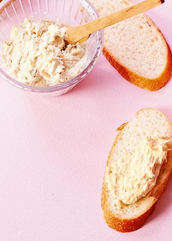 ツナ缶とクリームチーズで作るディップ。買い置きしておける食材で作れるから、急な来客のときにも重宝します。ニンニクを使わないので、朝食にもぴったりの一品です。