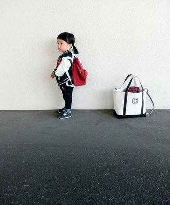 ラージは荷物がたっぷり入るサイズ。そのまま軽々と持ち上がるくらい、丈夫でしっかりとした作りが人気の秘密です。お子さんとのお出かけは荷物が増えますが、余裕の収納力!