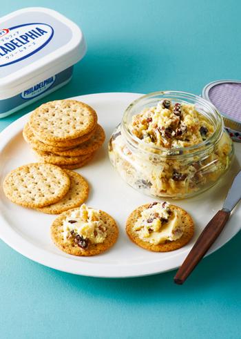 電子レンジで加熱したサツマイモに、レーズンとローストしたくるみ、クリームチーズを混ぜ合わせます。はちみつの優しい甘みが感じられる一品です。