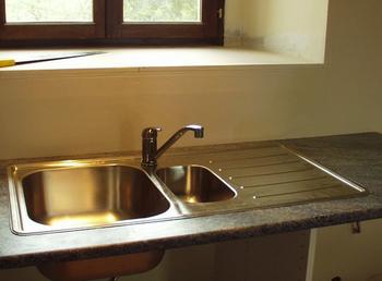 毎日のお掃除、面倒なときもありますよね。 自動掃除機や食洗器に頼ったってもちろんいいのですが、どこか一つだけでも、自分の手でピカピカにしてみませんか? 例えばキッチンのシンク、洗面所の鏡、玄関の床、どこだっていいんです。 一つの場所だけ、徹底的にきれいにしてみる。