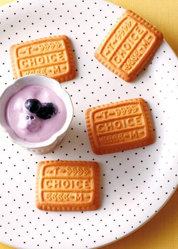 ブルーベリーの紫色がとってもきれいな、フルーティーで甘酸っぱいディップ。ジャムを使うからとってもお手軽ですね!