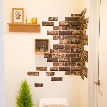 「ファブリック」や「収納」といったアイディア以外にも、殺風景になりがちな、トイレの『壁』をデコレーションする方法もおすすめ。貼っても簡単に剥がせる、シールタイプのインテリアペーパーや、小さなビスで固定できる木製シェルフを活用すれば、大掛かりなDIYをしなくても、わずかな時間で劇的に空間を変えられます。