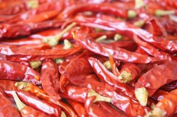 レッドペッパーは、焙煎した赤唐辛子がブレンドされているため、辛みだけでなく香ばしい香りが特徴です。唐辛子をパウダー状にしたもので、カレーに辛味を加えます。 分量はお好みで!ですが、粒子が細かいほど辛味は強く、少量でも相当な辛さとなるので入れすぎないよう注意です。 (チリペッパーでも代用できます)