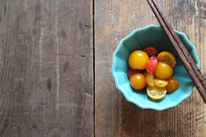 トルコブルーが澄んだ印象を与えてくれるよしざわ窯のアンブレラボウル。鋳込みといわれる製法で作られた上品な一皿です。