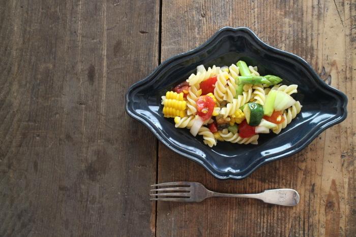 昔の西洋食器をイメージして作られた菱皿。「ヨルノアオ」という深い青色で仕上げられたお皿は、パスタなどの明るい色の食材と相性がいいですね。