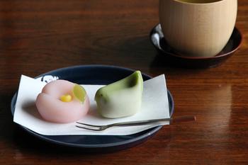 濃い青が和菓子にぴったりなHASAMI(ハサミ)のテーブルウェアシリーズ。淡い色合いが多い和菓子も、この濃い青のお皿なら、ぐっと惹き立ててくれます。