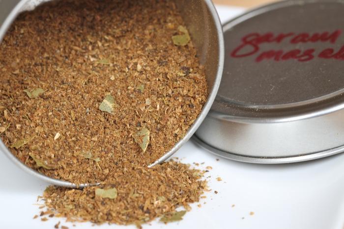 インドではカレーに必ず入れるガラムマサラ。いろいろなスパイスが入ったミックススパイスのことです。 基本は、シナモン、ナツメグ、クローブの3つ。強い香りがしますが、カレーに入れて煮込むことで、落着いた深みのある香りに変化します。様々なスパイスが、味に複雑なテイストを加えて本格的な仕上がりになります。