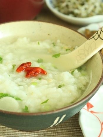 1月7日に食べる習慣がある七草粥の中華粥バージョン。七草の風味が少し苦手…と言うお子様などにもおすすめです。