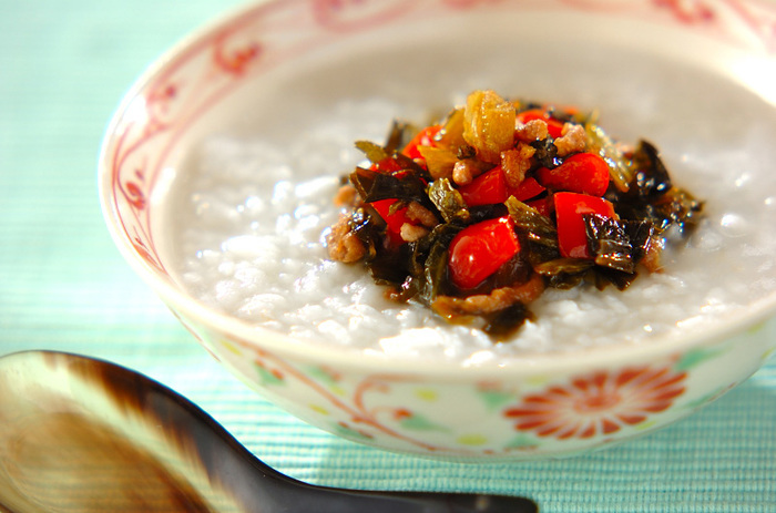 高菜とひき肉を炒めた具を、お粥の上にトッピング。高菜の塩加減が病みつきに!少し多めに作っておいて、白いご飯の上にのせても美味しそうです♪