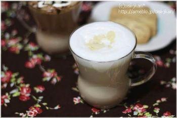 自宅で簡単に作れるアーモンドラテです。牛乳を豆乳に代えることでヘルシーなラテにもなります。トッピングのアーモンドスライスが香りをさらに演出してくれますよ。