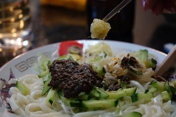 じゃじゃ麺の老舗「白龍」。香り豊かな味噌がなんとも言えない美味しさです。じゃじゃ麺は、ニンニクやショウガ、酢やラー油など、自分の好みで味を変えながら食べるのがおすすめですよ。