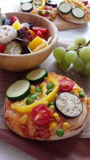 ワインに良く合うフォカッチャは、みんなでワイワイ食べるのにピッタリのパーティーメニューなんです。 野菜やチーズをのせてピザ風に作って食べやすく切っていただきます。
