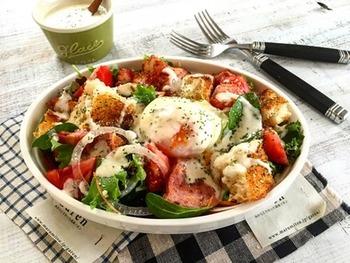 彩り豊かなサラダは、カフェごはんにぴったりだし、野菜たっぷりで栄養満点です。