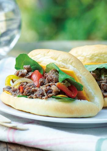 お肉・野菜・チーズの旨みが合わさって絶妙なおいしさに!パンがシンプルだからこそ、それぞれの味が生きます。