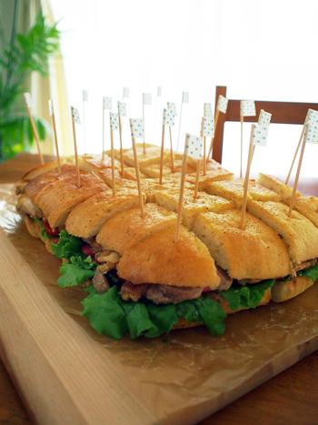 インパクト大!な特大フォカッチャのサンドイッチ。見栄えがするのでパーティーやピクニックにおすすめ。