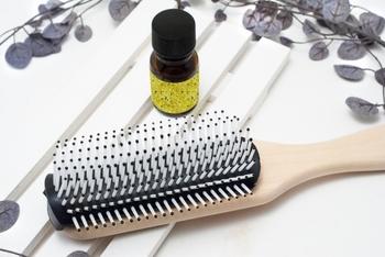 髪が乾いている状態で丁寧にブラッシングすることで、髪に付着している汚れを落とすことができます。 汚れをきちんと落とすことで、シャンプーの泡立ちも良くなりますよ。