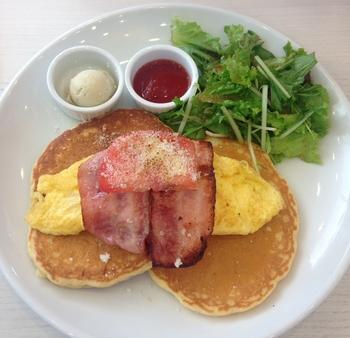 卵料理とベーコンを添えたポテトパンケーキは、アメリカの朝の定番メニューです。
