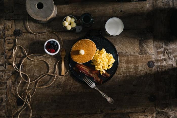 シンプルにパンケーキにベーコン&卵。塩気と甘みが朝食にピッタリですね!