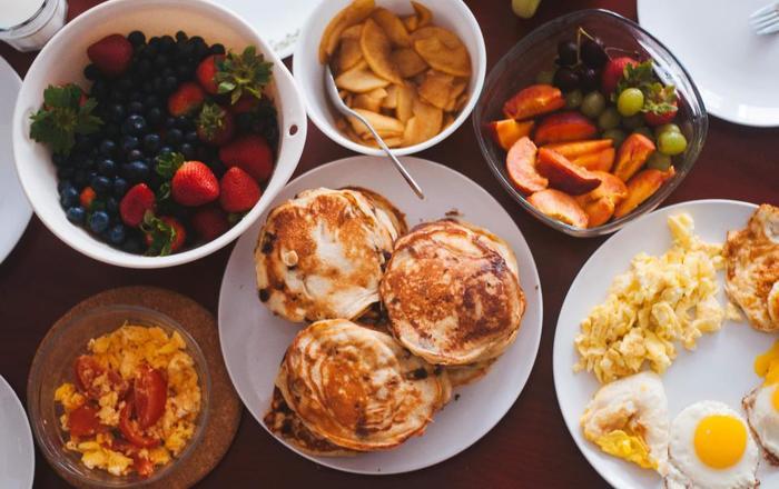 たくさんのパンケーキを焼いたら、お好みのフルーツや卵料理、ソーセージやベーコンを並べて、優雅に休日ブランチも良いですね。