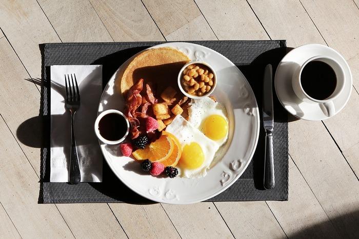 ワンプレートに盛り付けて、テーブルコーディネートにこだわれば、まるで交流リゾートホテルの朝ごはん気分♪