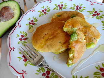 女性に嬉しい、美容効果満点のアボカドを、なんとパンケーキの生地にイン! 断面の緑色もキレイです。