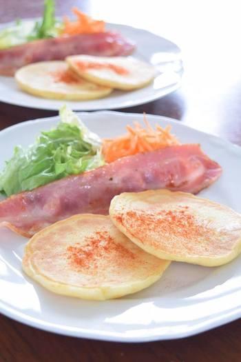 マッシュポテトと玉ねぎが入ったお食事パンケーキ。もっちりとした食感で、お肉や卵との相性も抜群です。