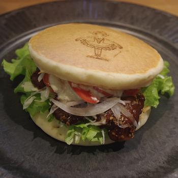パンケーキバーガーも新しい! 中に挟まっているのは、お肉ではなくて大豆ミートでとってもヘルシー。