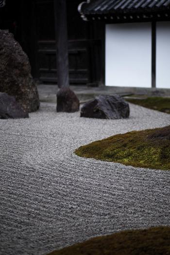 南庭も、苔と砂地で見事な枯山水を表しています。