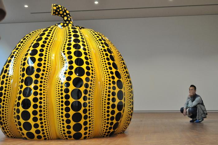 現代アートの巨匠、草間彌生氏の作品。展示会場以外にもアート作品が展示されています。
