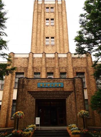 1927年に完成した、近代コンクリート建築の先駆けである「岩手県公会堂」。今も多くの市民や県民の活動の場として利用されています。創業87年になるフランス料理店「公会堂多賀」もあり、ひと味違うランチなども楽しめます。