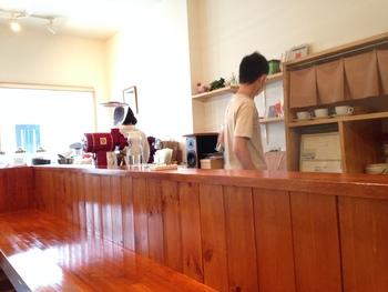 落ち着いた店内でコーヒーも味わえます。お気に入りの一杯に出会えるかな。